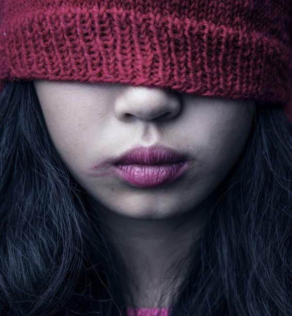 Det er mange mekanismer som kan være årsaker til at saker om overgrep mot minoritetsbarn ikke kommer frem i lyset. En sterk æreskultur og frykt for sanksjoner kan være grunner til at barn og unge fra minoritetsfamilier velger å holde overgrepene skjult.
